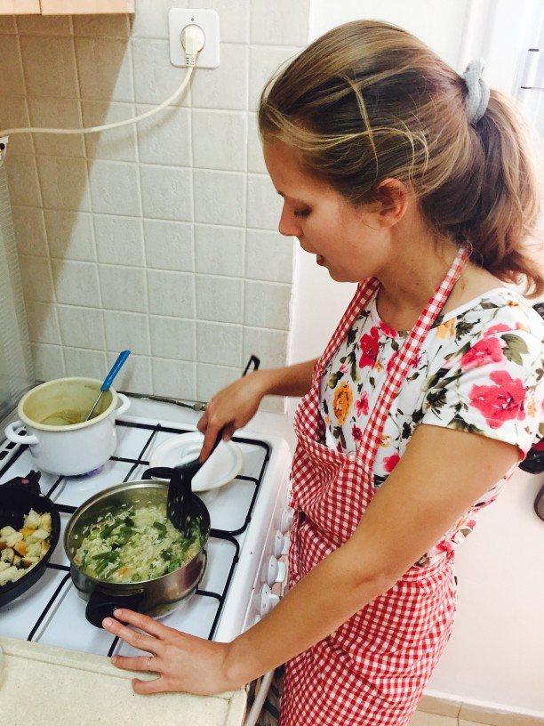 dziewczyna przygotowuje pyszne risotto