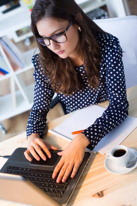 Praca a na biurku laptop